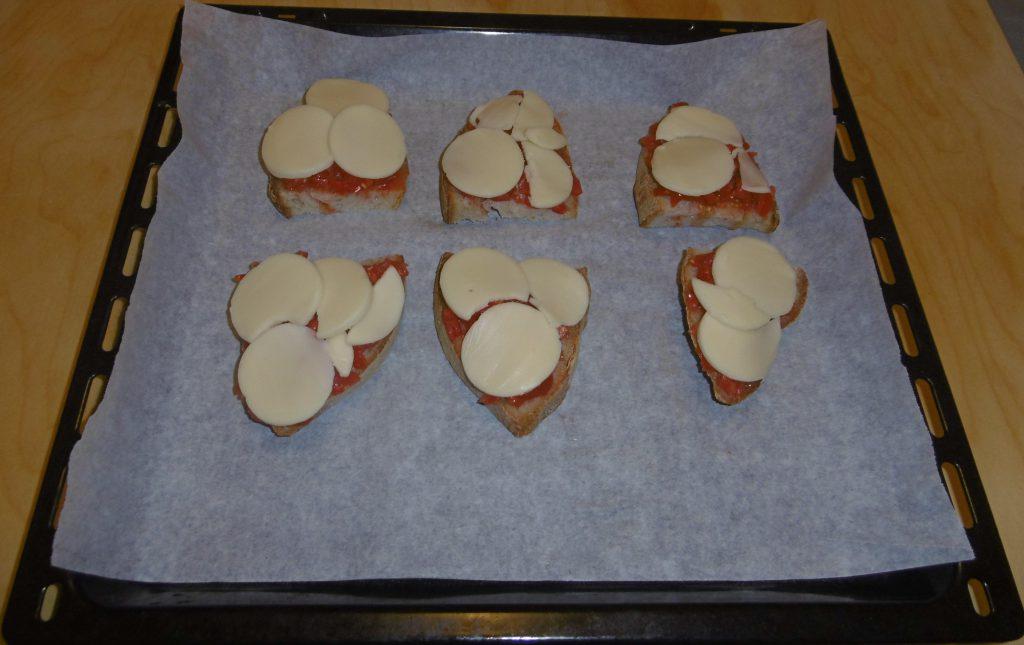 Crostini con pomodoro e formaggio - Aggiunta formaggio