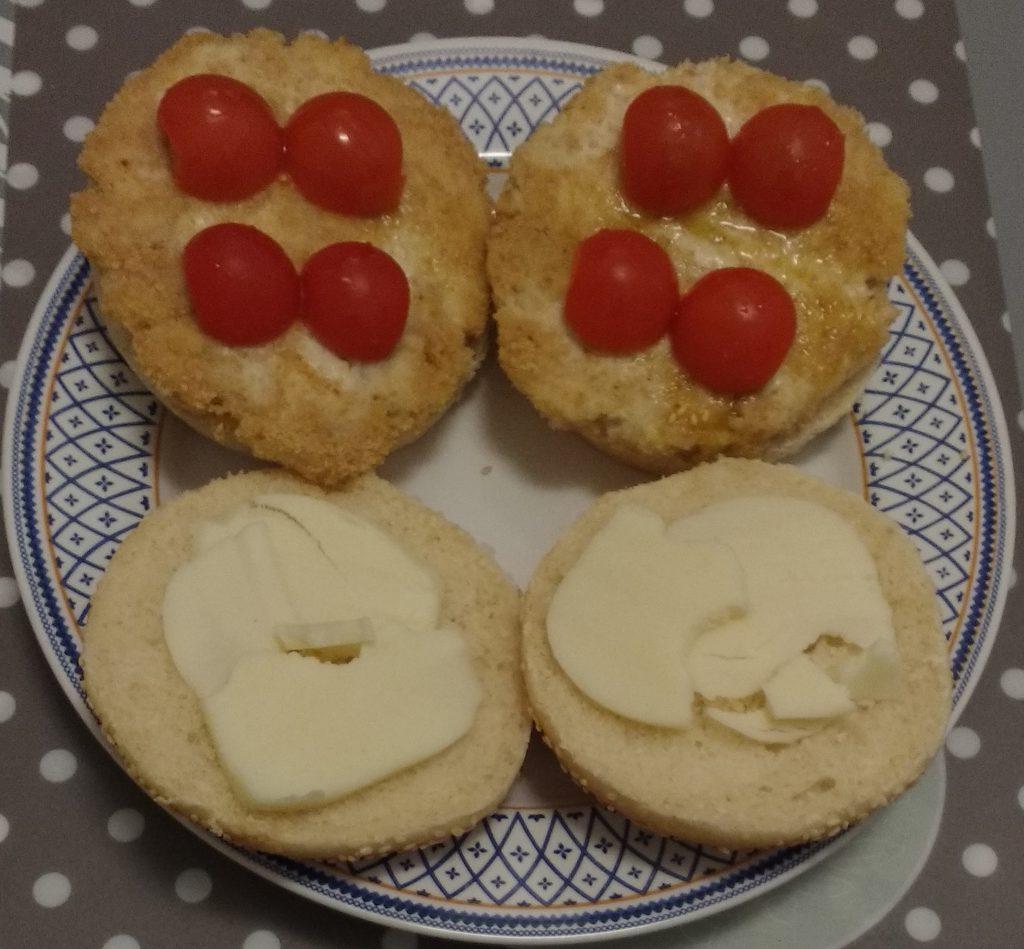 Panini hamburger di pollo - Aggiunta pomodoro e formaggio filante