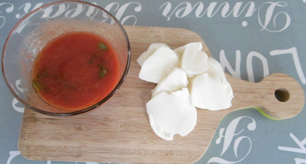 Rondelle di pasta brisèé - Condire pomodori e tagliare scamorza