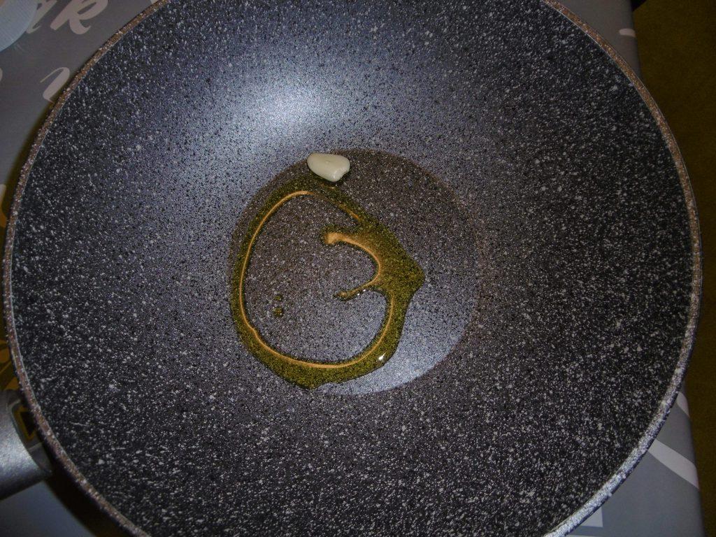 Padella con olio e aglio