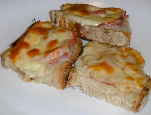 Crostini con prosciutto cotto e formaggio filante - Piatto pronto