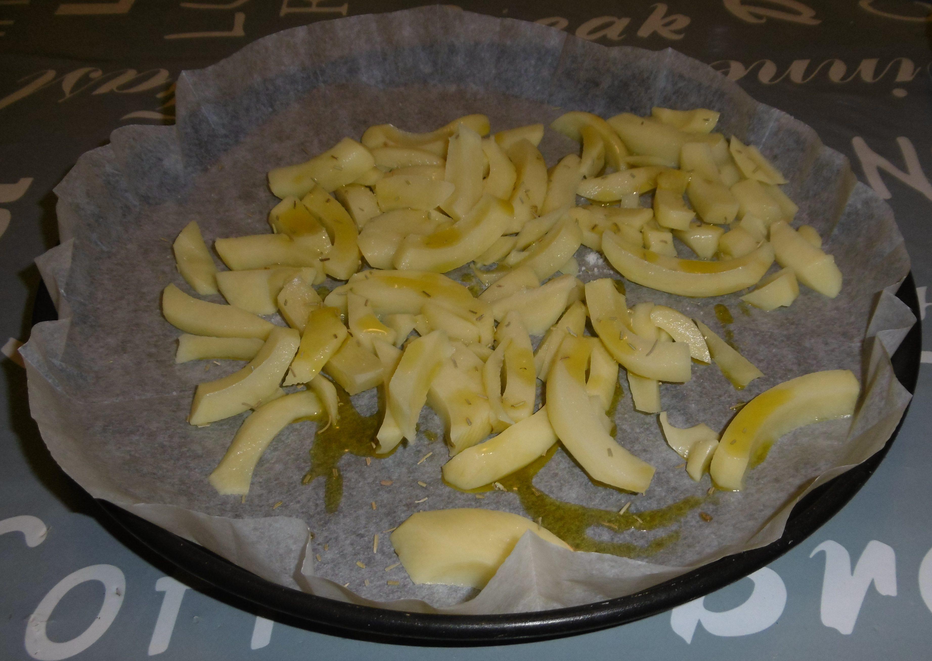 Panino hamburger, patatine e insalata - Patate