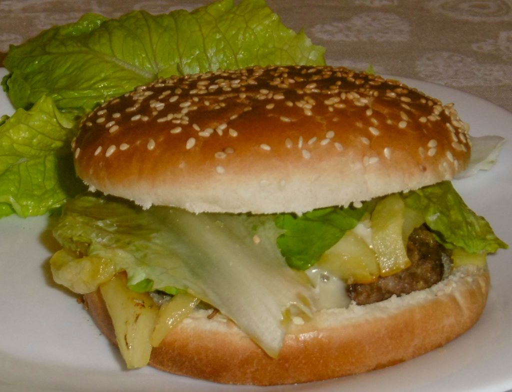 Panino hamburger, patatine e insalata- Piatto pronto