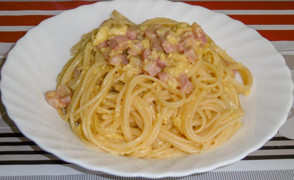 Spaghetti alla carbonara con pancetta e parmigiano