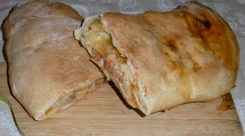 Calzone ripieno con salsiccia e patate - Piatto pronto
