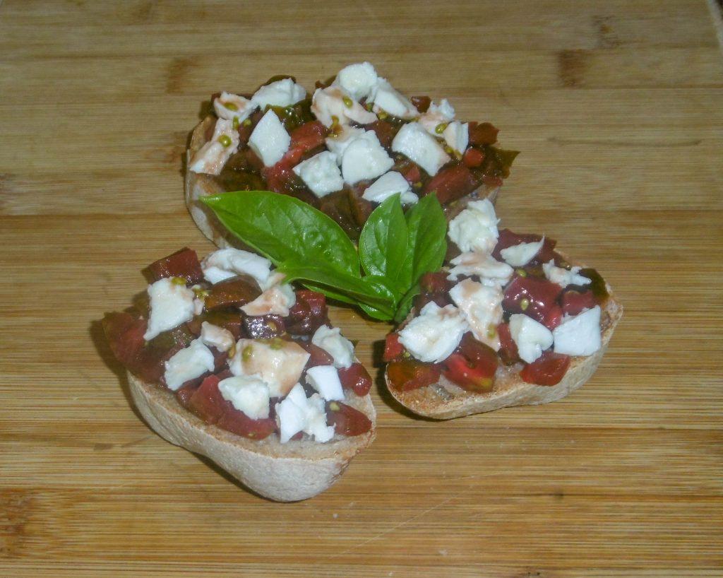Bruschetta con pomodoro e mozzarella- Piatto pronto