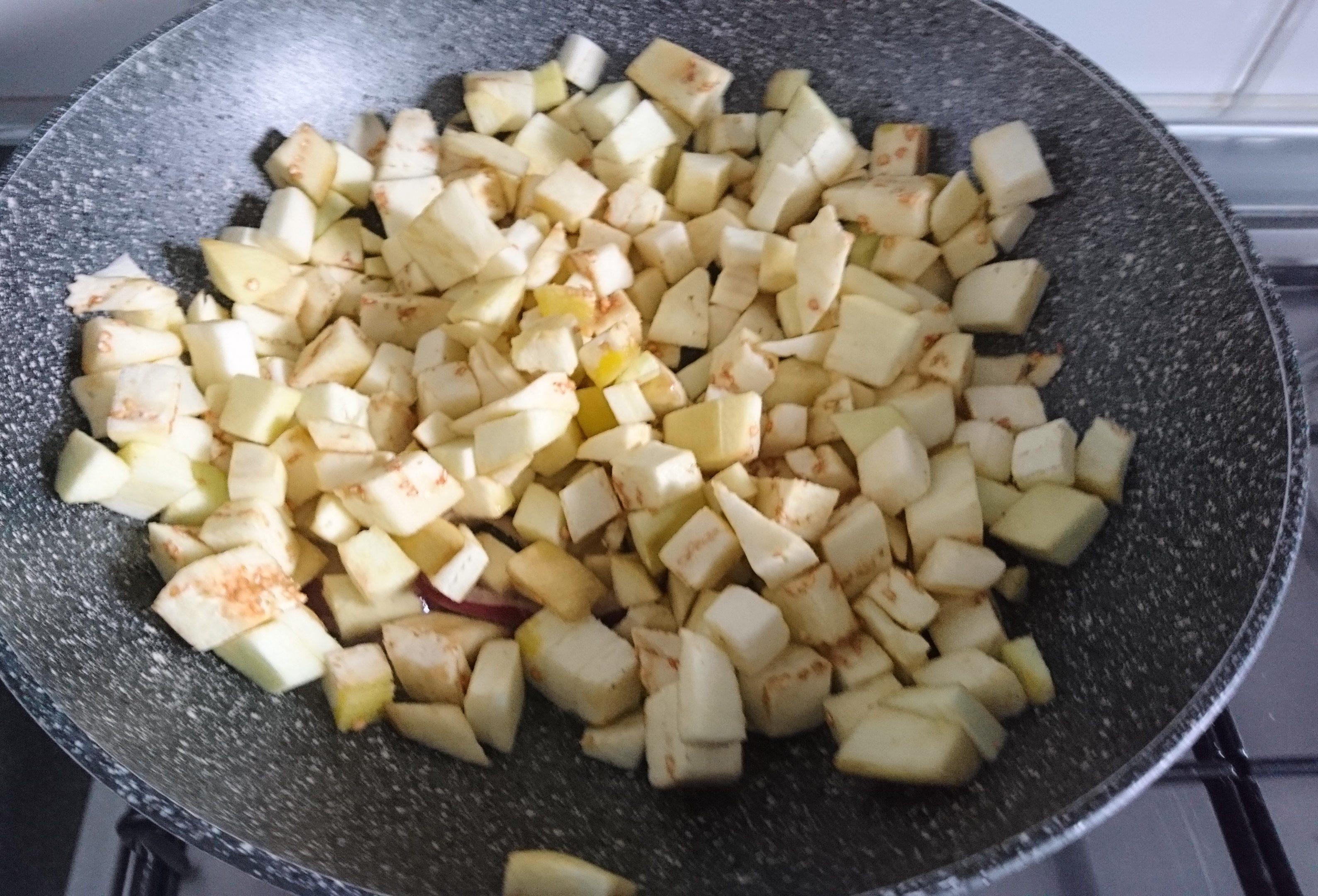 Pasta con melanzane e pomodorini - Melanzane in padella