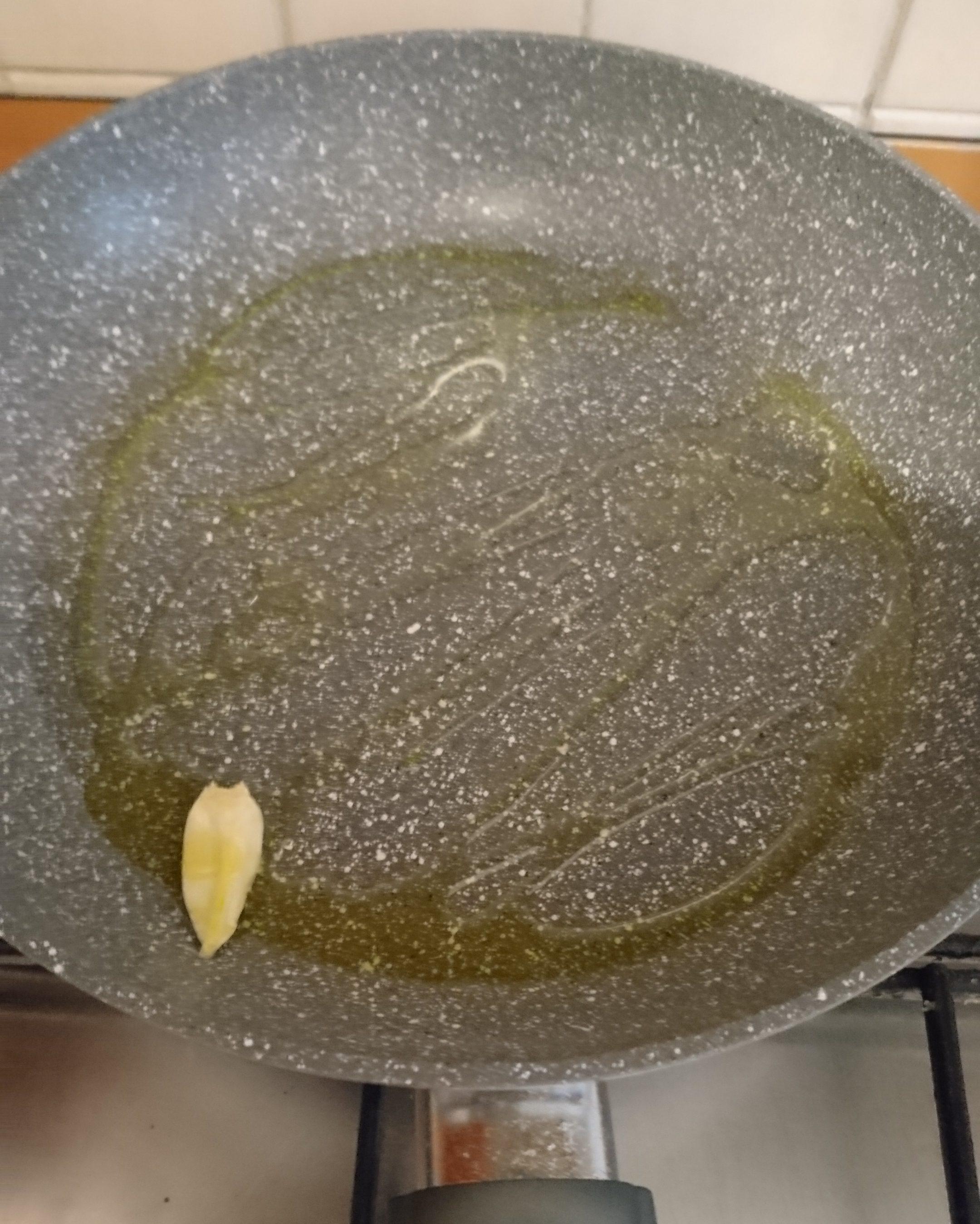 Fettuccine con sugo di calamari- Padella con olio e aglio