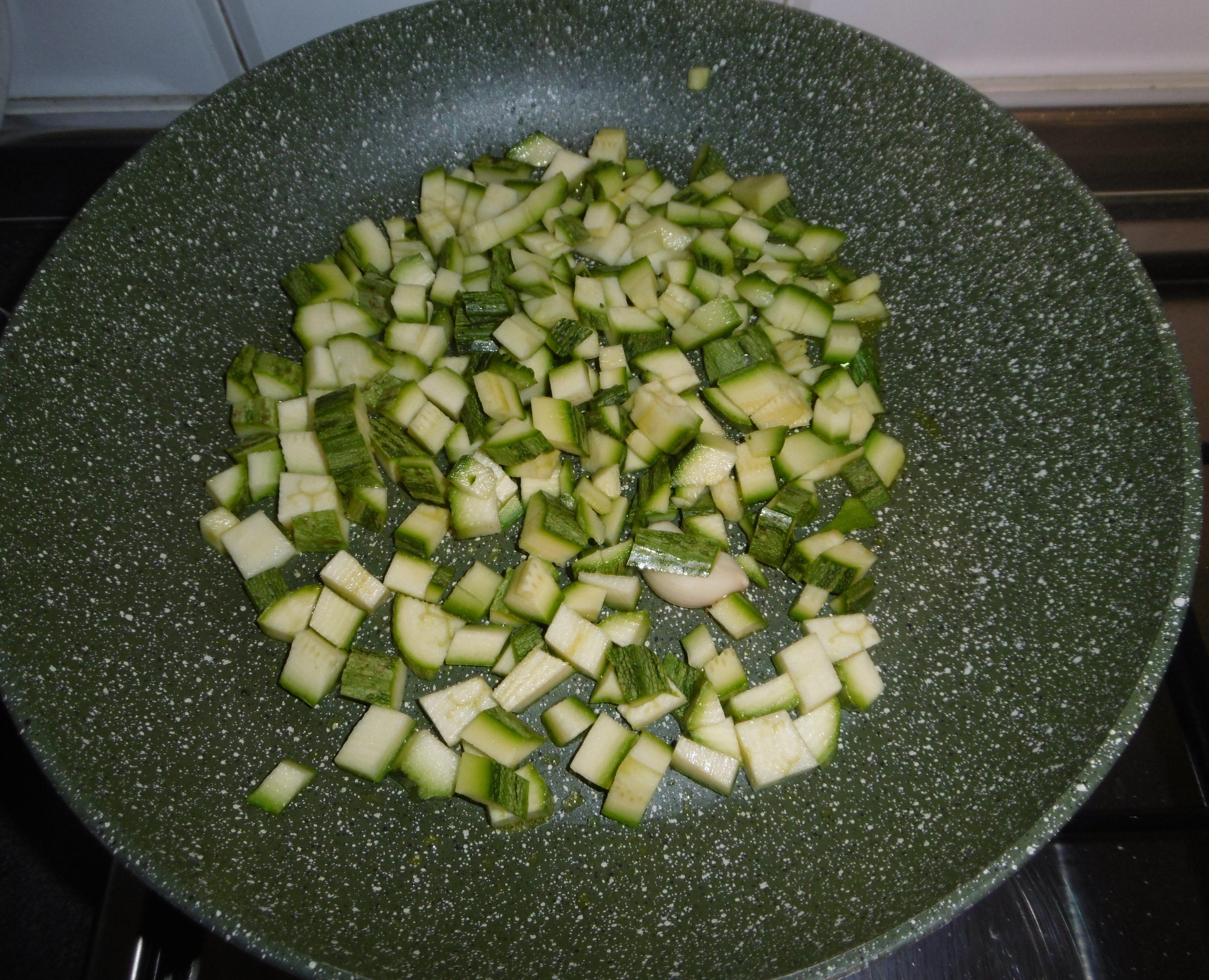 Cestini di pasta sfoglia con zucchine e mozzarella - Zucchine in padella