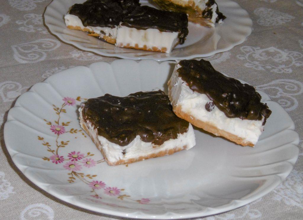 Gelato biscotto con cioccolato e riso soffiato - Piatto pronto