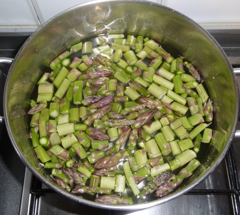 Pasta con crema di asparagi e pomodorini - Asparagi in cottura